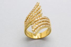 18Kt Yellow Gold Ring with Cubic Zirconia Gemstones