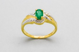18Kt Yellow Gold Solitaire Ring with an Emerald & Diamonds