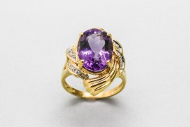 18Kt Yellow Gold Ring with An Amethyst Centre & Diamonds