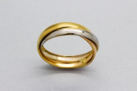 18kt tri-tone gold ring in a band design